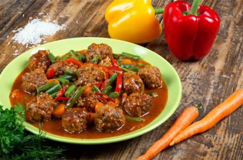 Мясные фрикадельки в томатном соусе с овощами