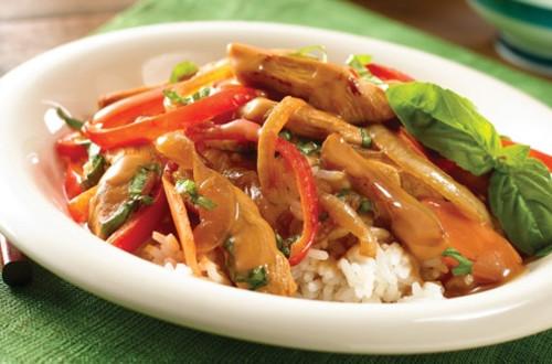 Poulet Thaïlandais avec Sauce sur Lit de Riz au Jasmin