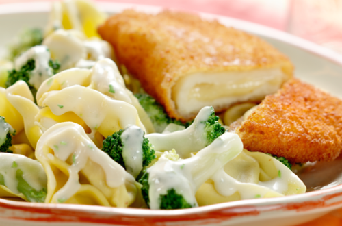 Tortellinis au brocoli avec des cordons bleus de poulet