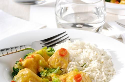 Oosters vispannetje met pijpajuin, broccoli en wortel met rijst