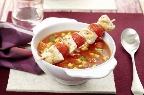 Pikante Tomatensuppe mit Chili-Hähnchenspießen
