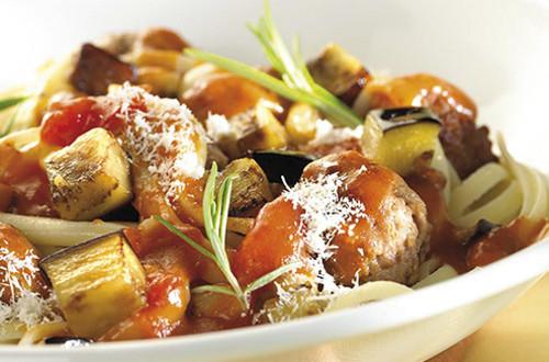 Tagliatelles aux boulettes de viande épicées et aux aubergines