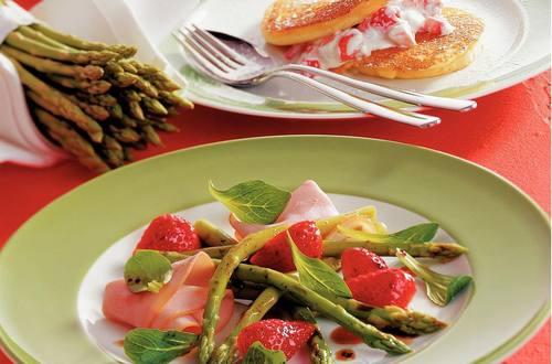 Knorr - Marinierter Spargel mit Erdbeeren und Putenschinken