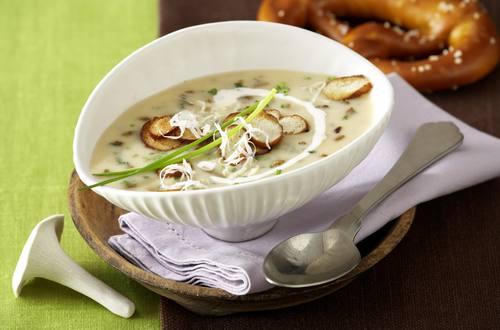 Leichte Steinpilz-Suppe mit Brezelchips