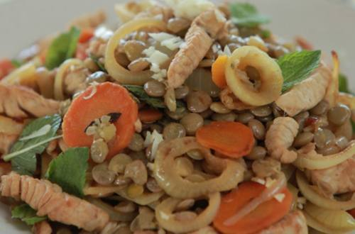 Салат из индейки с чечевицей и мятой