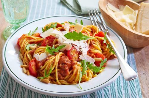 Spaghetti Bolognese mit Cherrytomaten und Rucola