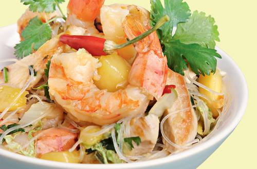 Thaipfanne_mit_Shrimps,_Huehnerbrust,_Mango _Koriander-Glasnudeln