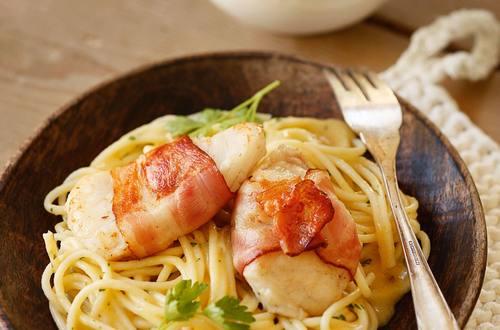 Welsfilet_im_Speckmantel_mit_Schwammerln_und_Spaghetti