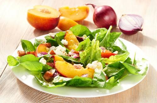 Spinatsalat mit Pfirsich