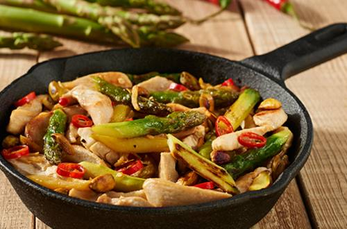 Kip met groene asperges en pistachenoten uit de wok