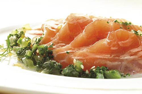 Saumon mariné au concombre et ciboulette