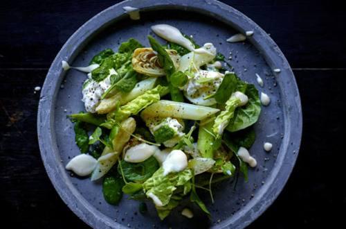 Salade van artisjok, jonge spinazie, groene en witte asperges en ansjovisvinaigrette