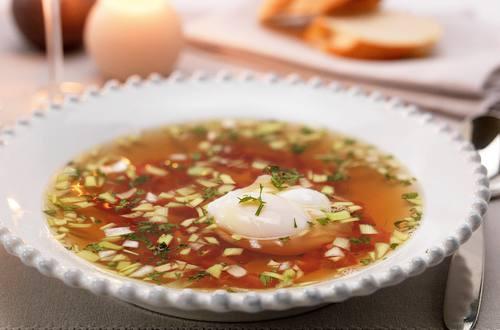 Gevogeltebouillon met tomaat, peterselie en gepocheerde eieren