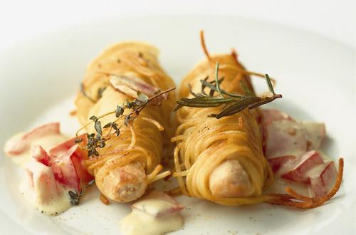 Kaninchenruecken_im_Spaghettimantel_auf_Tomaten-Hollandaise