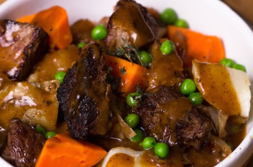 Guiso de carne (Beef stew) en olla de cocción lenta