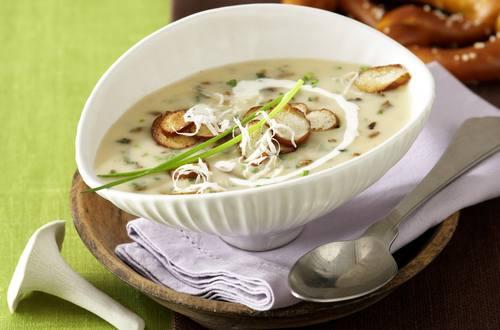 Soupe de champignons des bois au raifort et aux croûtons