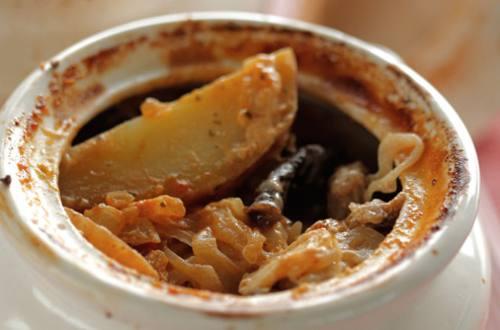 Мясо с черносливом, тушенное в горшочках