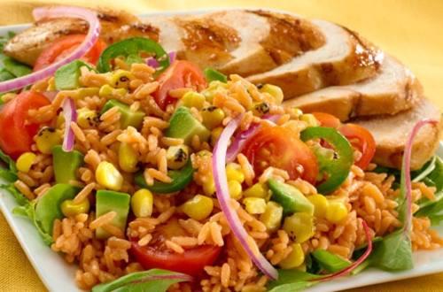 Ensalada de arroz y maíz con pollo