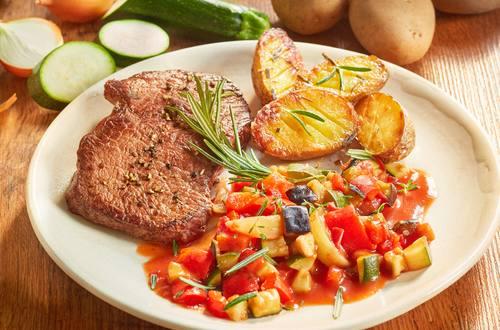 Steak mit Ofenkartoffeln und Ratatouille Gemüse