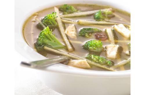 Soupe de poulet exotique au brocoli et à la pomme