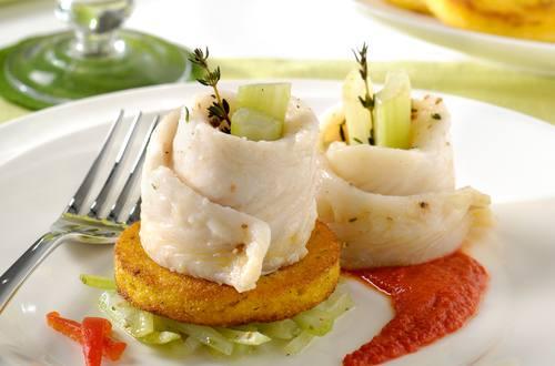Petits rouleaux de pangasius à la vapeur, sauce de poivrons grillés et polenta