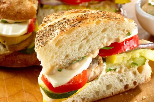 Sándwiches de vegetales asados con albahaca y aceto balsámico