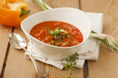 Tomatencremesuppe_mit_gebratenen_Paprikastreifen_und_gruenen_Jungzwiebelringen