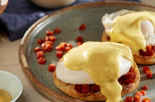 Huevos benedictinos con chorizo