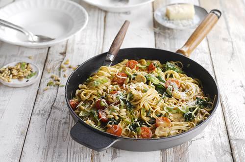 Spaghetti integrales con tomate y piñones