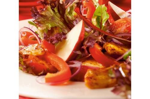 Rode salade met gekruide kip, paprika, cherrytomaatjes en appel