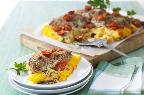 Blancs de poulet gratinés sur lit de polenta aux tomates