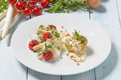 Fetataartje met salade van asperges en geroosterde tomaten