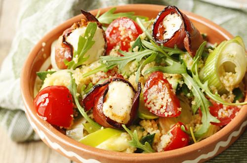 Rucola-Tomaten-Zucchini-Couscous-Salat_mit_gebratenem_Fetakäse