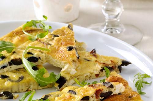 Plaattortilla met paddenstoelen, olijven en feta