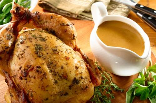 Pollo asado en hierbas y salsa