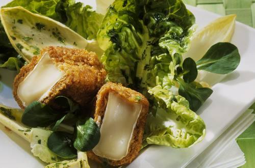 Blattsalat mit Käse und Cornflakes-Kruste