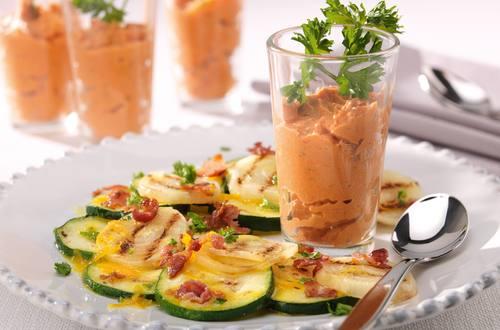 Carpaccio van gegrilde courgette met spekjes en sinaasappeldressing