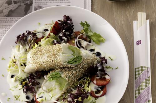Spargel-Kefen-Sellerie-Sushi_auf_Salat_mit_Wasabi