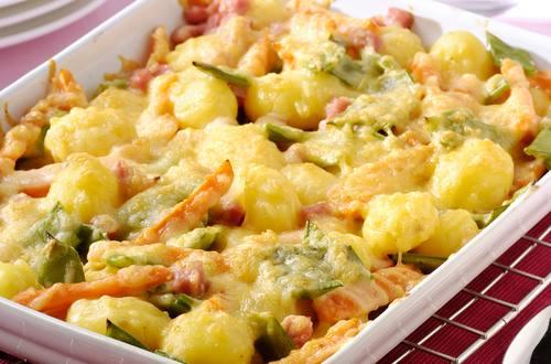 Gemengde groentegratin met wortelen,boontjes, krieltjes en achterham