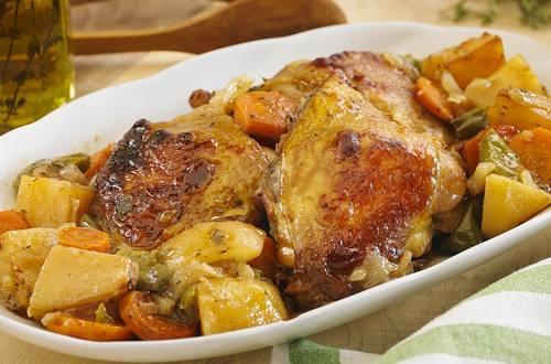 Sobrecoxa de frango com legumes