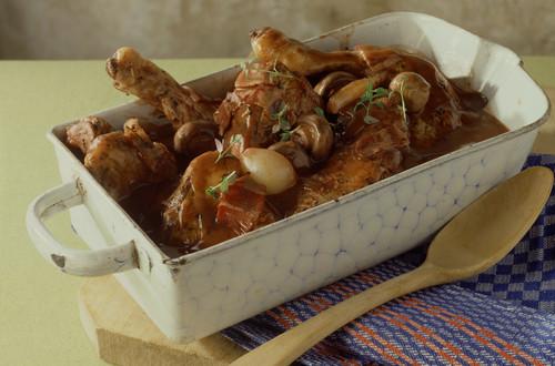 Poulet_in_Rotweinsauce_(Coq_au_vin)_mit Schalotten und Champignons