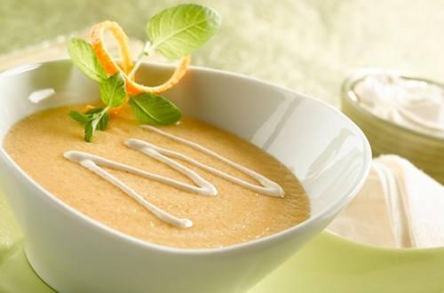 Sopa de Melón con Crema de Chipotle