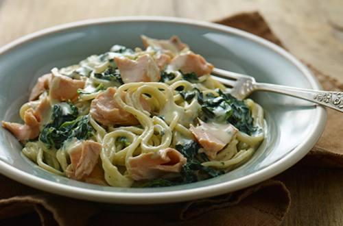Espaguetis a la carbonara con salmón