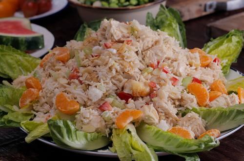 Ensalada de pollo y arroz con salsa fusión