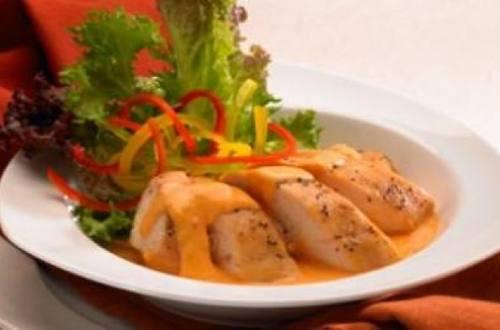 Suprema de pollo en salsa de pimiento rojo