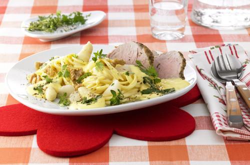 Bärlauch-Spaghetti mit Spargeln und Schweinsfilet
