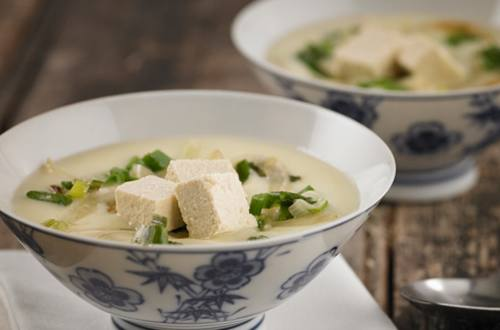 Sopa crema de espárragos + hinojo, cebollita de verdeo, tofu