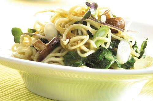 Gewokte groenten en noedels met groentebouillon