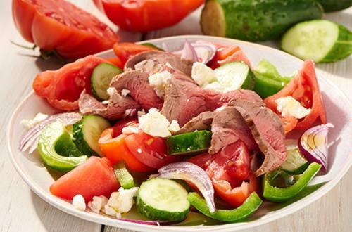 Griekse salade met biefstuk