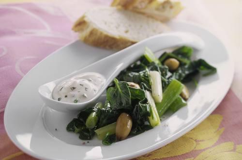 Knorr - Spinat mit Röstmandeln und Joghurt-Knoblauch-Sauce
